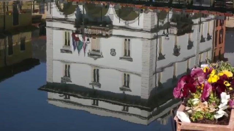 Coronavirus, la primavera deserta nella città di Gianni Rodari: Omegna si specchia nel lago d'Orta