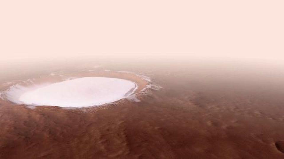 Il sorvolo sul Korolev di Marte è mozzafiato: nel cratere c'è un lago di ghiaccio