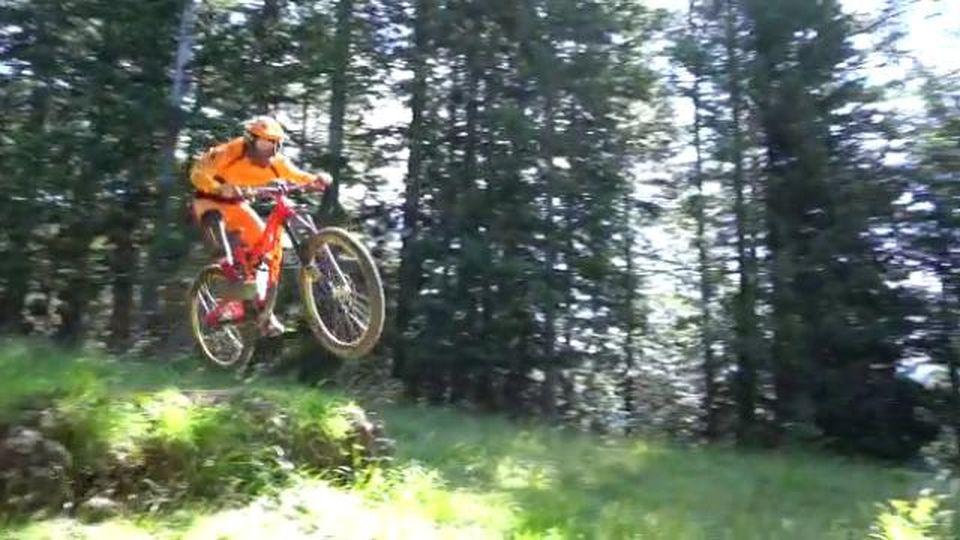 Ossola, acrobazie in mountain bike sui sentieri della Piana di Vigezzo