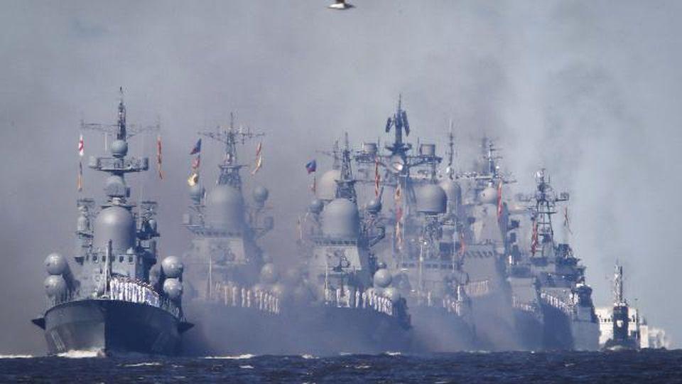 """Putin mostra i muscoli, mega sfilata della Marina con 50 navi da guerra: """"Avranno nuove armi ipersoniche"""""""