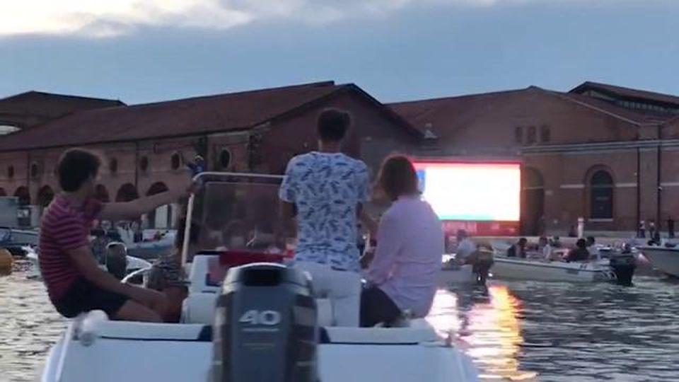 Primo drive-in in barca a Venezia: ecco il cinema sull'acqua