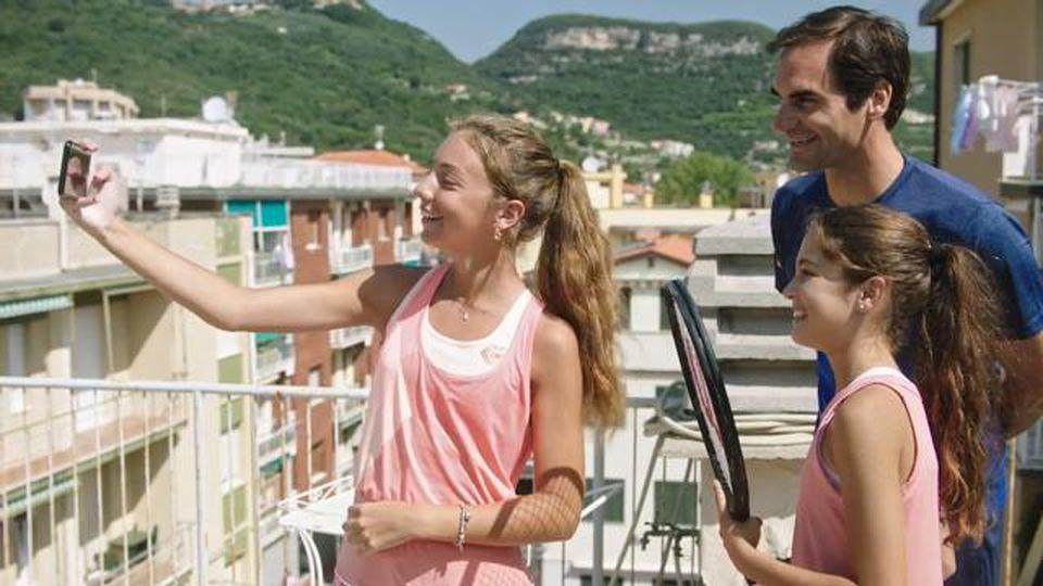 La sorpresa di Federer alle giovani tenniste di Finale Ligure che avevano palleggiato sui tetti  in pieno lockdown