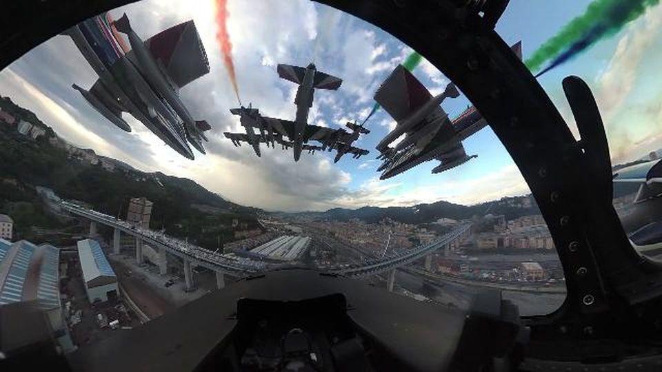 Genova, il passaggio sul ponte Genova San Giorgio a bordo delle frecce tricolori