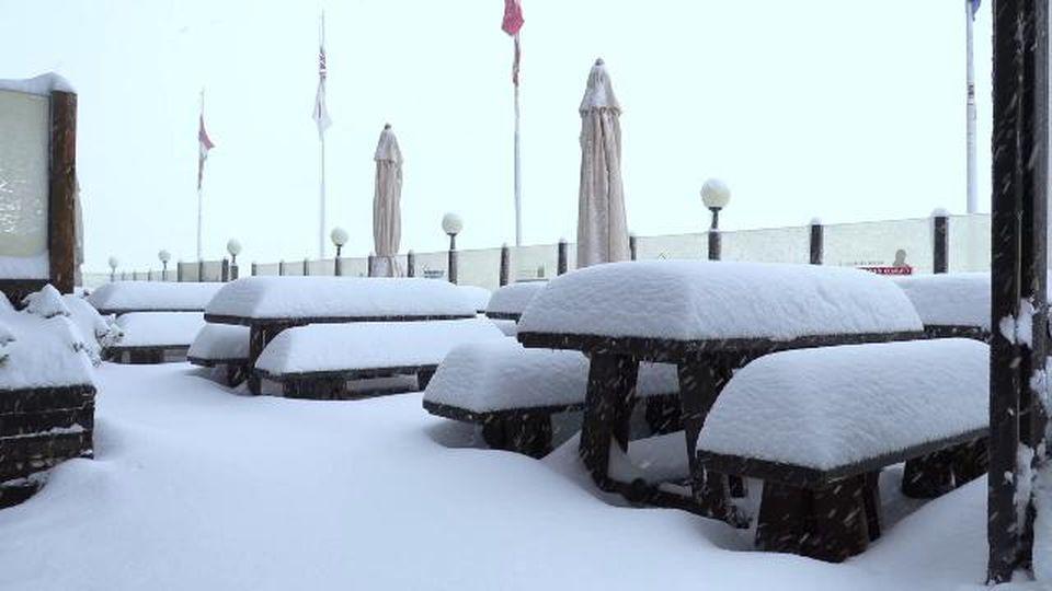 Maltempo, è agosto ma al passo dello Stelvio sembra inverno: una fitta nevicata imbianca strade e auto