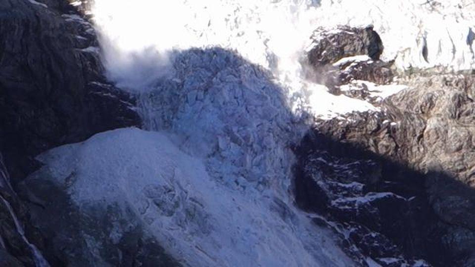 Il ghiacciaio Turtmann si sbriciola davanti agli occhi dei turisti: il momento del mega crollo