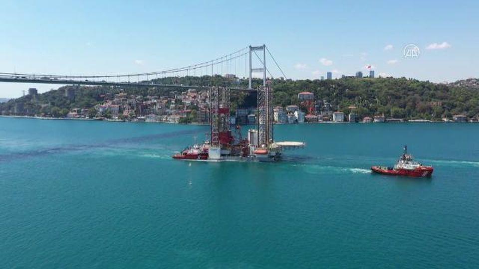 Una gigantesca piattaforma petrolifera viene trainata attraverso il Bosforo verso il Mar Nero