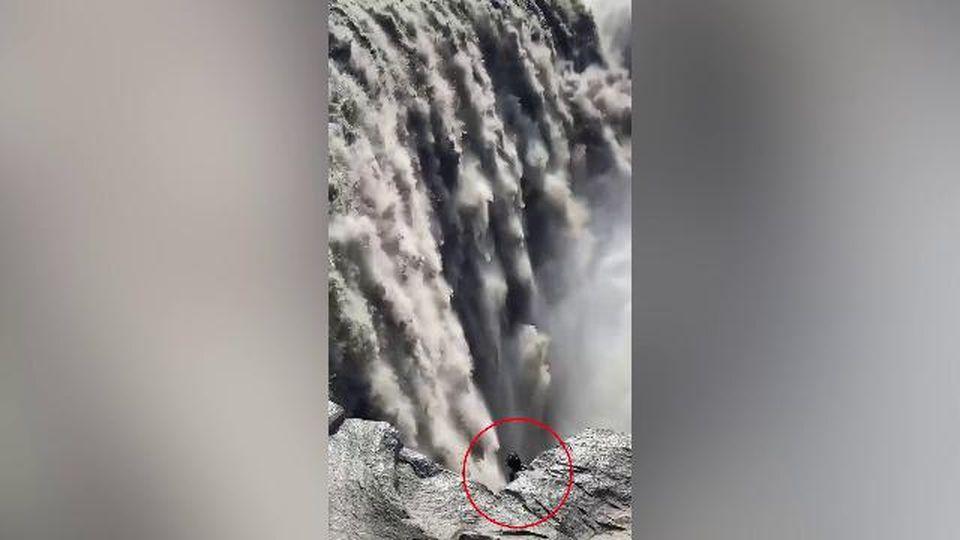 """Islanda, avvistata """"creatura misteriosa"""" vicino alle cascate: il video di una turista"""