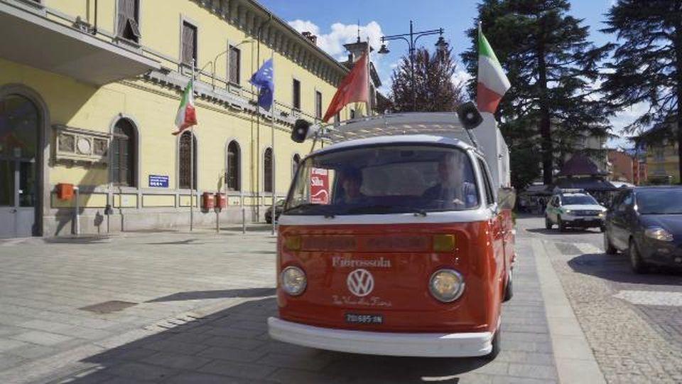 Domodossola, il furgoncino Volkswagen diventa un negozio di fiori itinerante