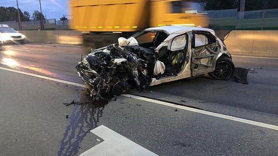 Ragazzino ruba l'auto del papà con gli amici, inseguito della polizia si schianta: il miracolo ripreso in diretta