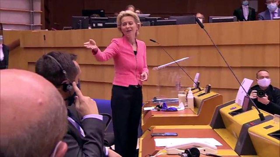 L'eurodeputato di destra è stizzito sulla politica sui migranti, la von der Leyen lo zittisce con una replica perfetta