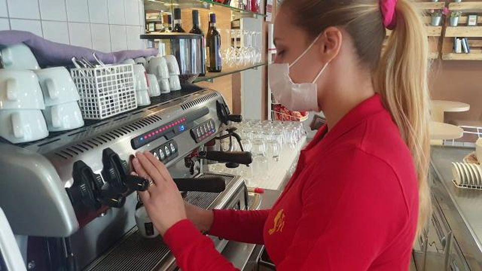"""Novara, Angelica apre un bar nel giorno dello stop: """"Non rinuncio ai sogni"""""""