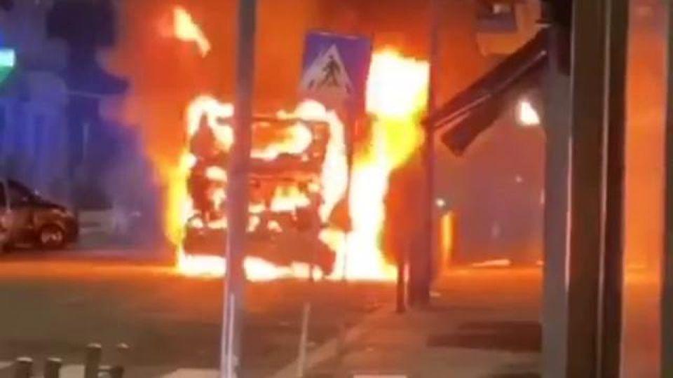 L'autobus in fiamme scivola sulla strada in discesa: l'incidente nella notte a Roma