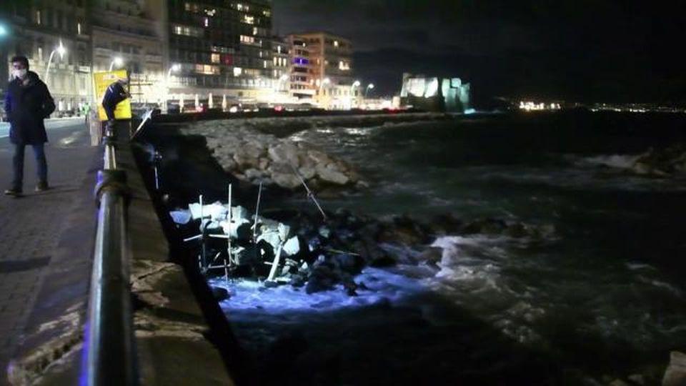 Maltempo a Napoli, crolla l'arco borbonico: era l'ultima testimonianza dell'antico molo