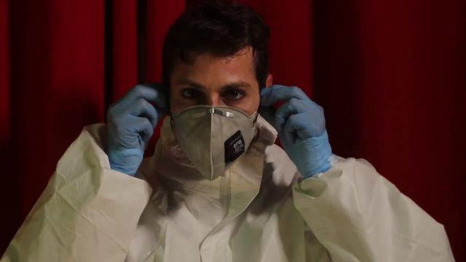 """Coronavirus, il monologo surreale dell'infermiere: """"Cari negazionisti, ci avete scoperto: era tutto finto, anche le morti"""""""