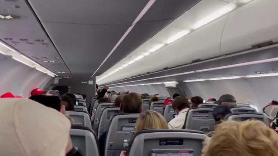 Sul volo Washington-Phoenix decine di passeggeri inneggiano a Trump: il pilota non la prende bene
