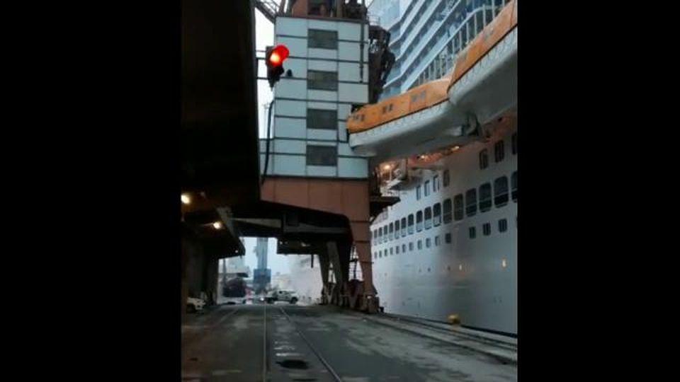 Incidente in porto a Savona: il momento dell'urto della nave Costa Smeralda contro la banchina