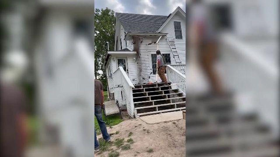 Stanno cercando di riparare il tetto di casa, ma trovano il rifugio dei pipistrelli: la fuga è comica