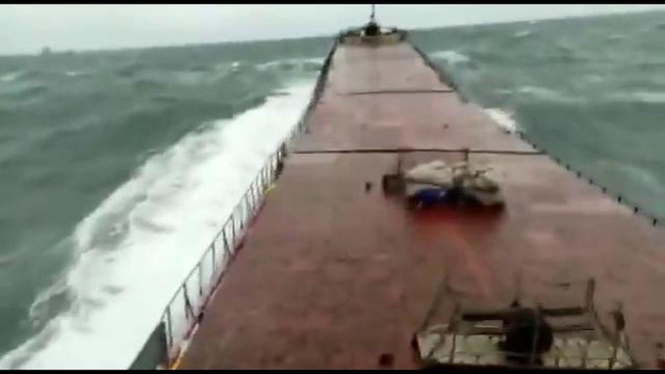 Mar Nero, l'onda è talmente forte che spezza il cargo da 114 metri in due: i momenti impressionati  ripresi dalla cabina