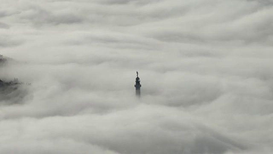 La nebbia come le onde del mare sul faro di Trieste: il video in time-lapse è spettacolare