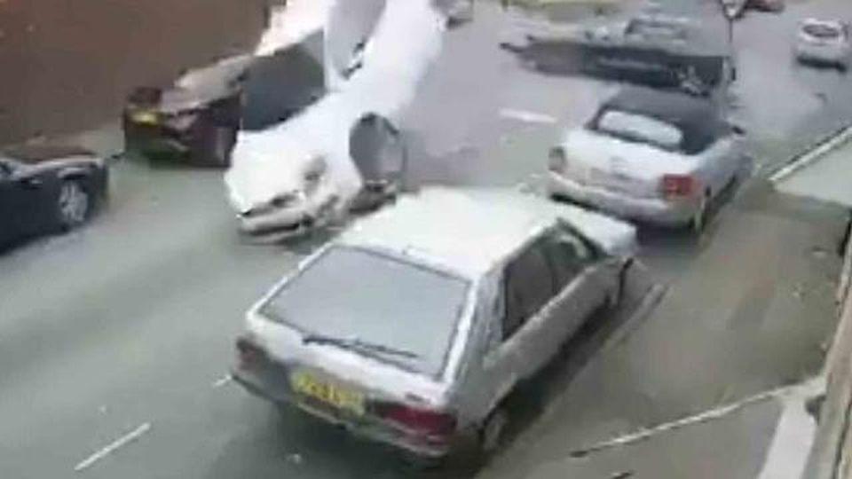 Auto speronata all'incrocio fa un volo spaventoso: miracolosamente non ci sono feriti, ma nel filmato c'è un mistero