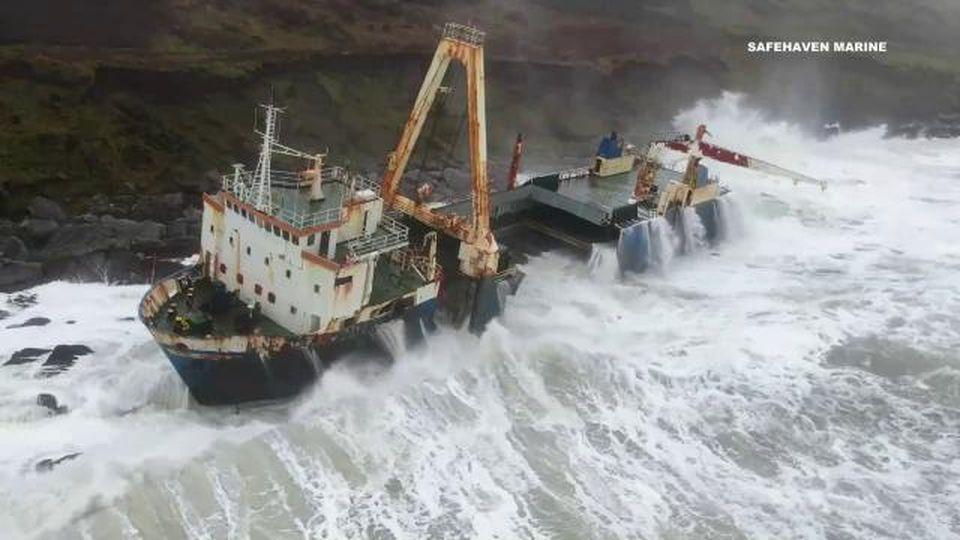 Nave fantasma contro gli scogli in Irlanda: rischia di spezzarsi in due