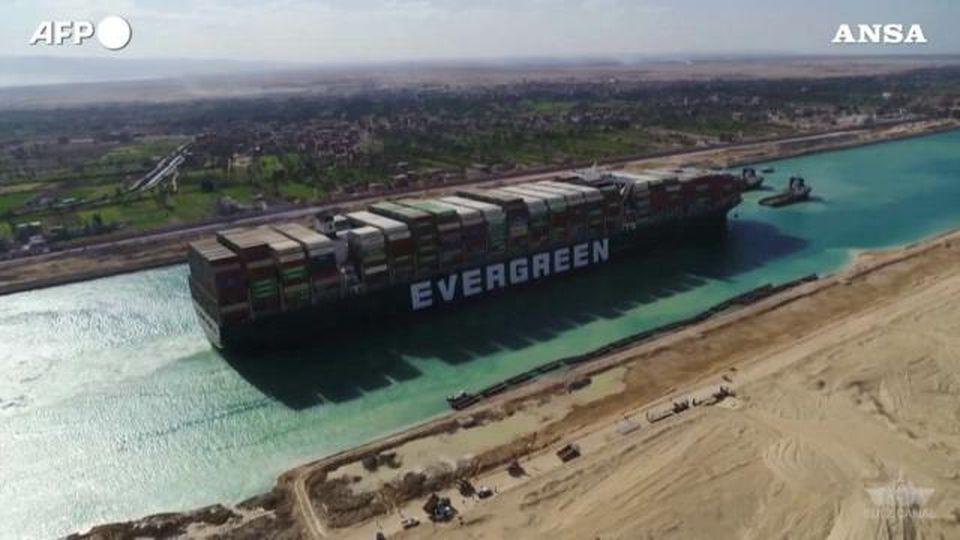 Suez, le immagini aeree della Ever Given disincagliata