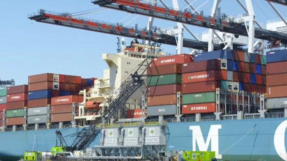 Dagli Usa all'Europa: così una gru aspira le emissioni inquinanti delle navi