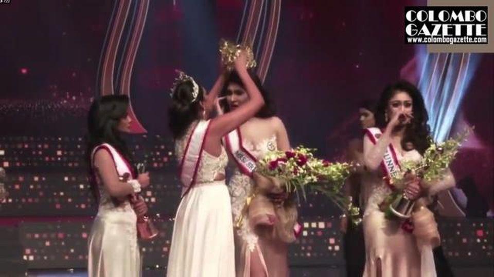 """Strappa la corona a Mrs Sri Lanka durante la premiazione e la ferisce: """"È divorziata"""""""