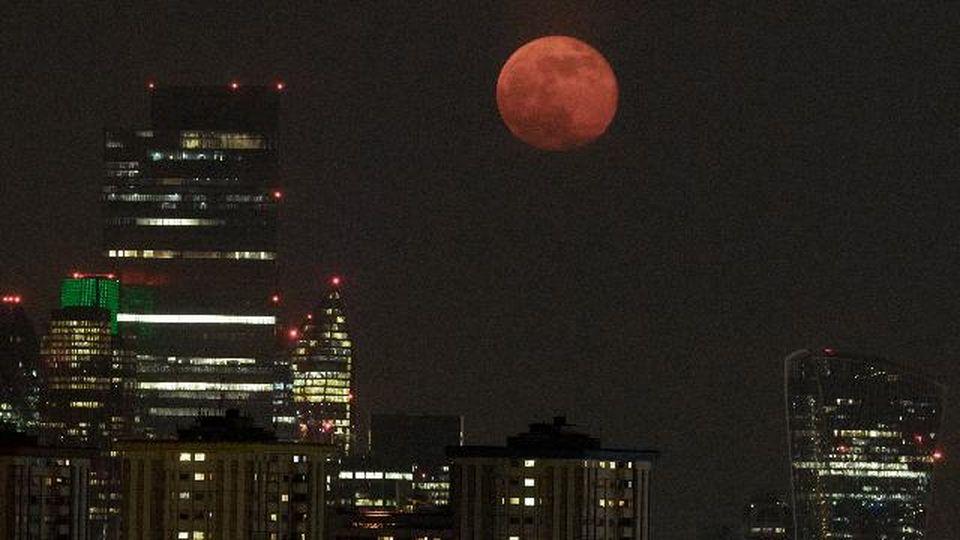 Superluna rosa: ecco come è apparsa nel cielo di Londra