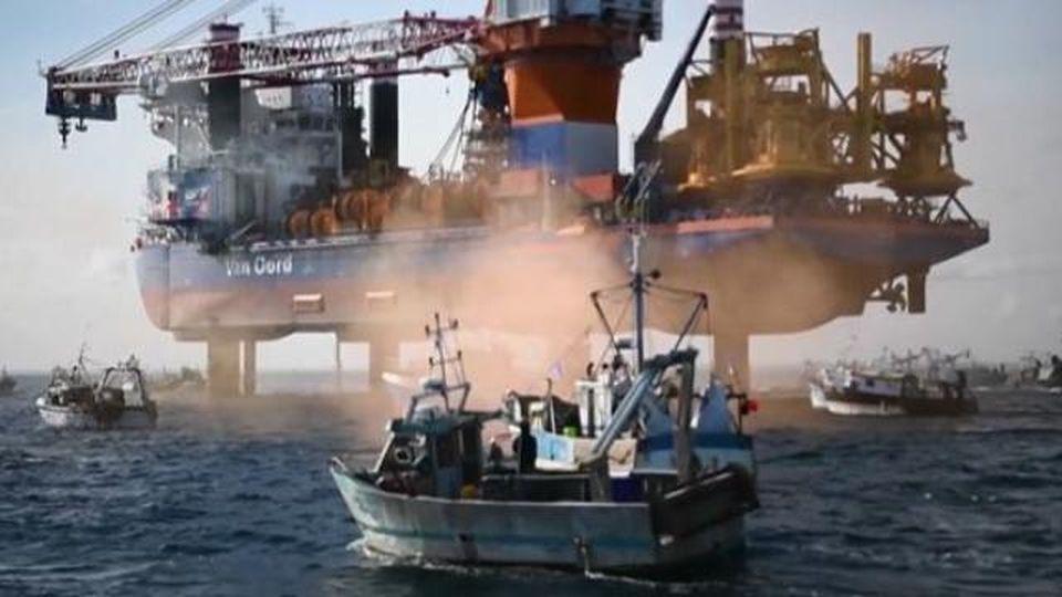Francia, cinquanta pescherecci circondano la nave del parco eolico
