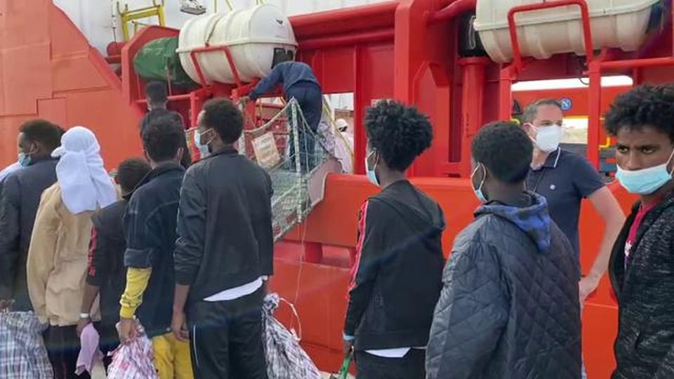 Lampedusa, i migranti sono trasferiti sulla nave quarantena