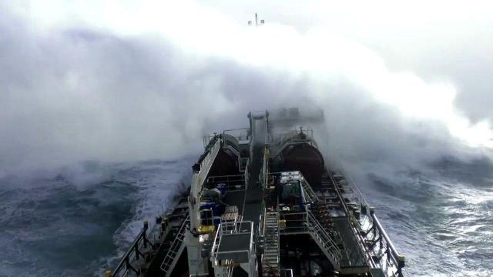 La petroliera travolta dalla tempesta nell'Oceano Atlantico: le onde enormi viste dalla nave