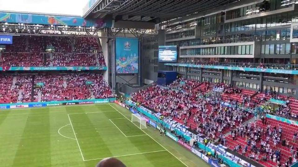 La commovente staffetta di cori dei tifosi danesi e finlandesi per sostenere Eriksen