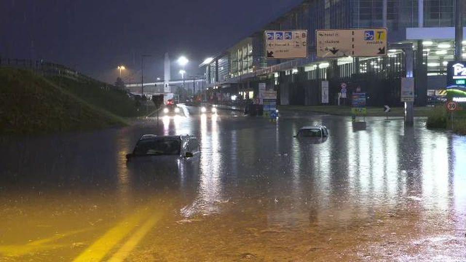 Maltempo a Malpensa, all'aeroporto auto sommerse dalla pioggia