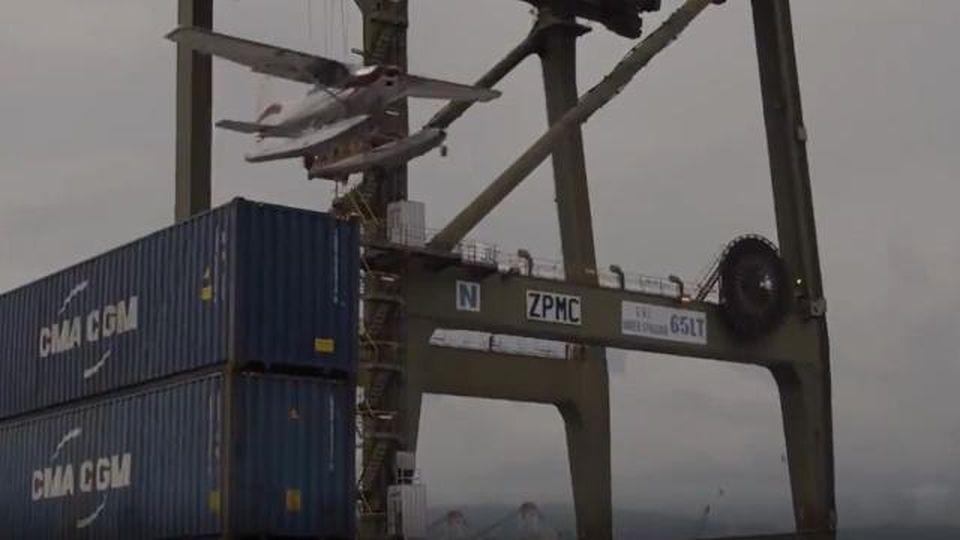 James Bond sbarca in banchina: lo spettacolare volo sotto le gru del porto