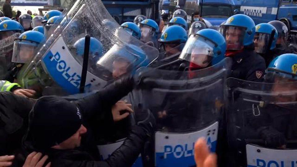 Trieste, sale la tensione:cariche della polizia contro i manifestanti no Green Pass