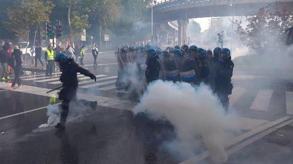 Trieste, la polizia lancia i lacrimogeni contro i manifestanti no Green Pass