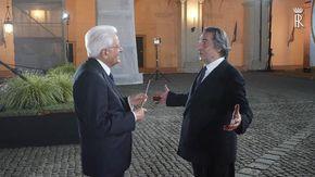 """L'abbraccio Muti-Mattarella, il Maestro regala al Presidente la sua bacchetta: """"Lei dirige un Paese"""""""