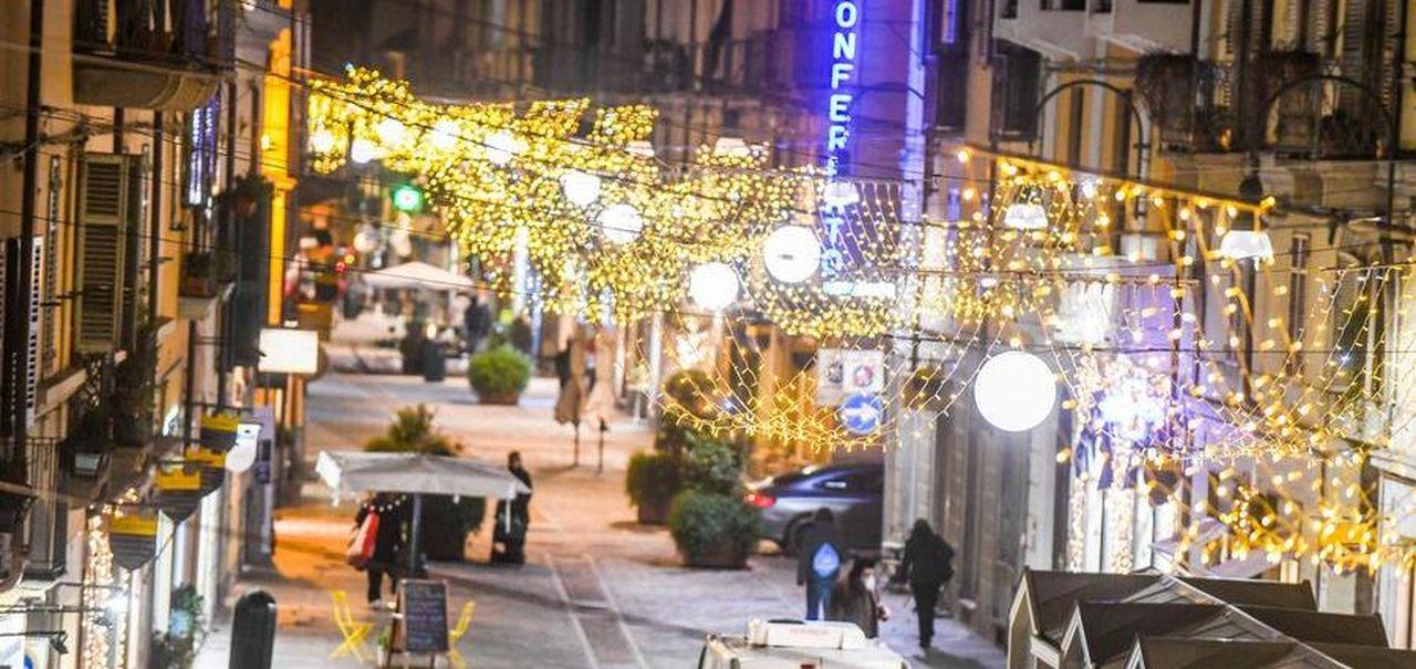 Luci Fiori E Una Renna In Via Monferrato Lo Shopping E Sociale Unacittapernatale La Stampa