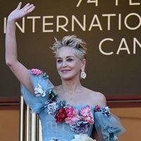 Cannes, abito da favola e capelli ribelli: Sharon Stone incanta la Croisette