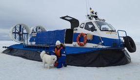Così i marinai russi hanno salvato il cane Hayka rimasto intrappolato nel ghiacciaio artico