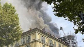 """Palazzo in fiamme nel centro di Torino, evacuate circa 100 persone, 5 feriti lievi. Il Comandante dei vigili del fuoco: """"La fase critica è terminata"""""""