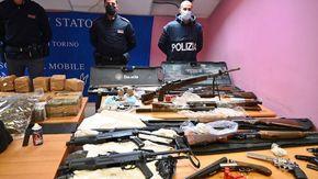 Nel box di corso Traiano di un incensurato un arsenale di armi da guerra e mezzo quintale di droga