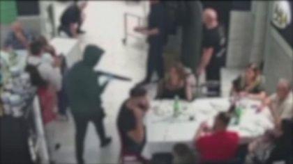 Rapina shock a Casavatore, in pizzeria con kalashnikov e fucile a pompa: presi una collana e 4 orologi