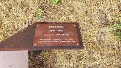 Buccinasco, abbattute le targhe dedicate a Gino Bartali e Irena Sendler nei Giardino dei Giusti