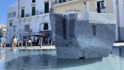 """Una """"pietra filosofale"""" per Ischia: a Forio la scultura dell'archistar Kengo Kuma"""