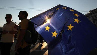 Crolla la fiducia degli italiani nell'Europa. Ma i giovani non ne vogliono sapere di arrendersi