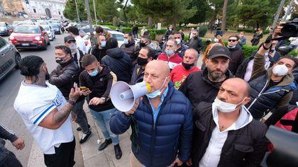 """Coronavirus: a Palermo la protesta contro la """"zona arancione"""". Sfilano anche i tassisti"""