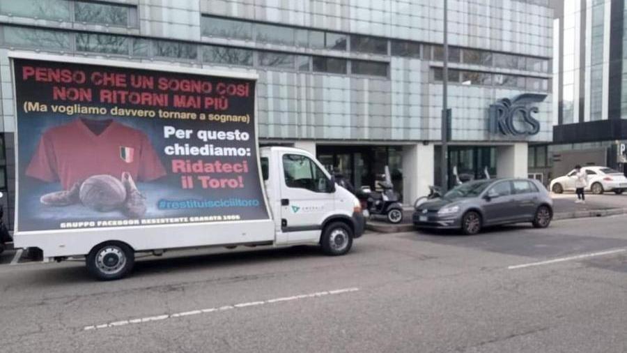 La contestazione sotto il palazzo della Rcs a Milano