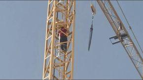 Sanremo, si arrampica su una gru a 40 metri di altezza e minaccia di buttarsi: salvato dai vigili del fuoco
